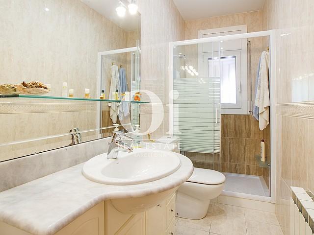 Современная ванная комната в прекрасном коттедже на продажу в Tagamanent