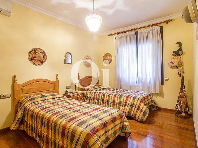 Уютная спальня теплых цветой в чудесном коттедже на продажу в Tagamanent