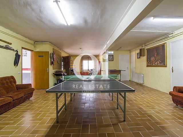 Подвал со столиком для пинг-понга, используемый как кладовая в замечательном доме на продажу в Tagamanent
