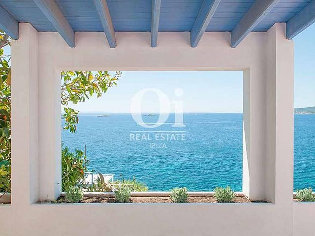 Balcón de casa de alquiler de estancia en Ibiza
