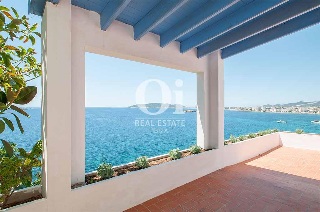 Porche de casa de alquiler vacacional en Ibiza