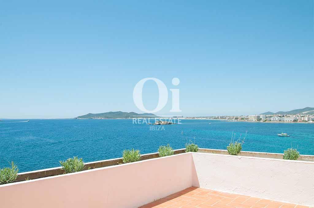 Terraza de casa de alquiler de estancia en Ibiza