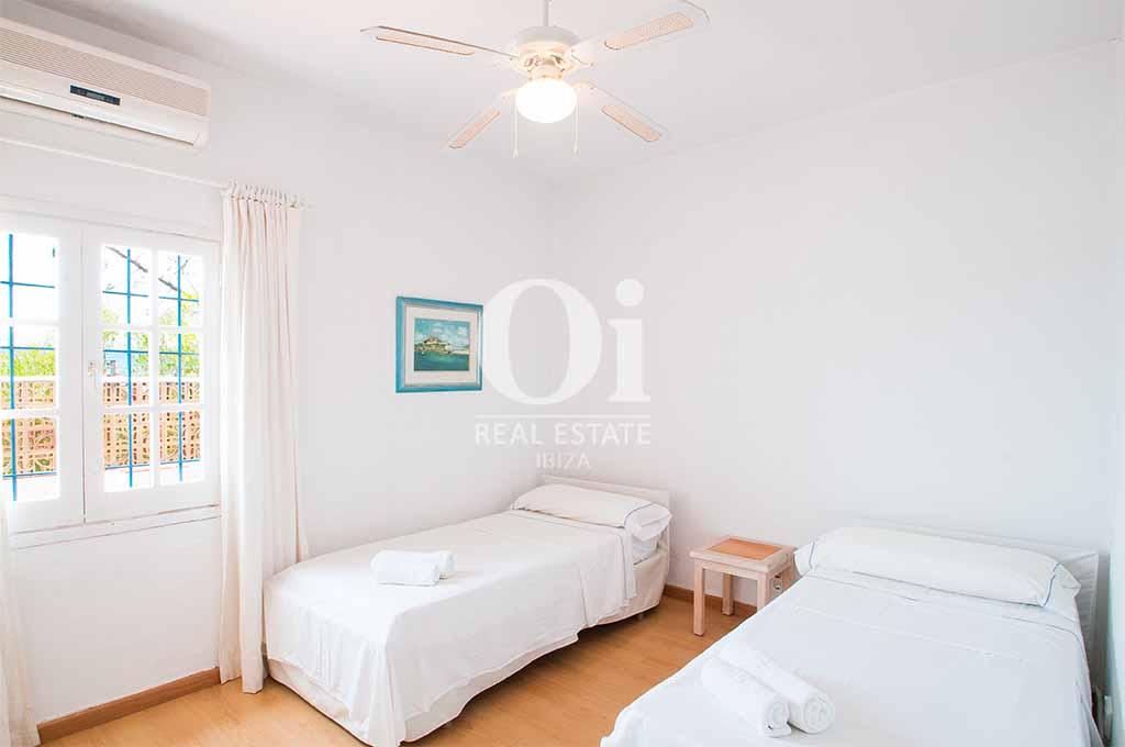Blick in ein Schlafzimmer der Ferienvilla  auf Ibiza, Los Molinos