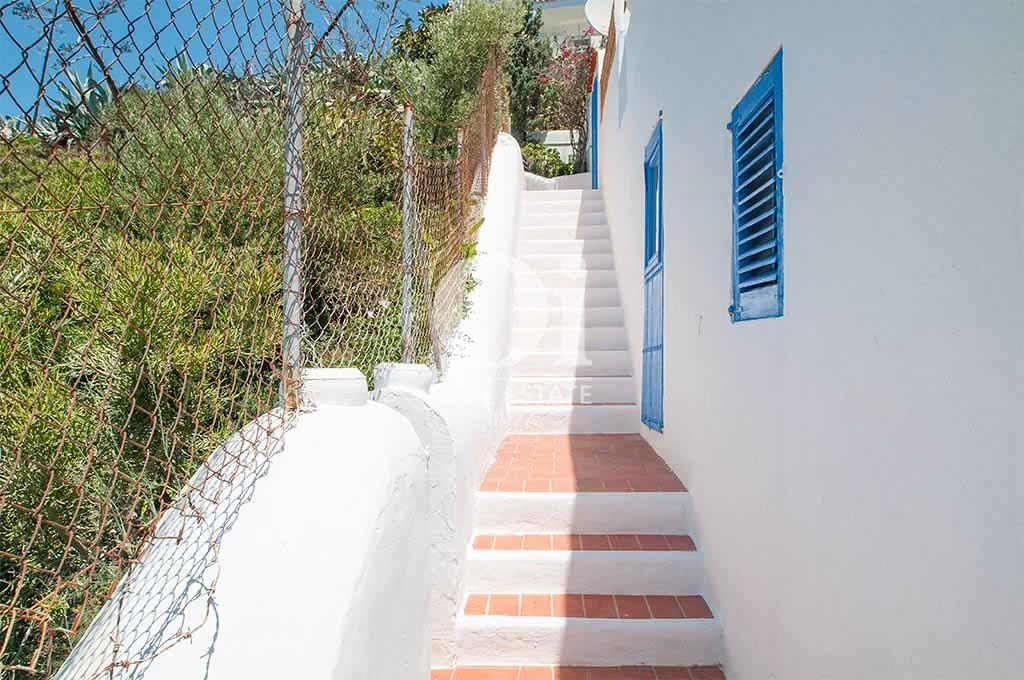 Escaleras de casa de alquiler vacacional en Ibiza