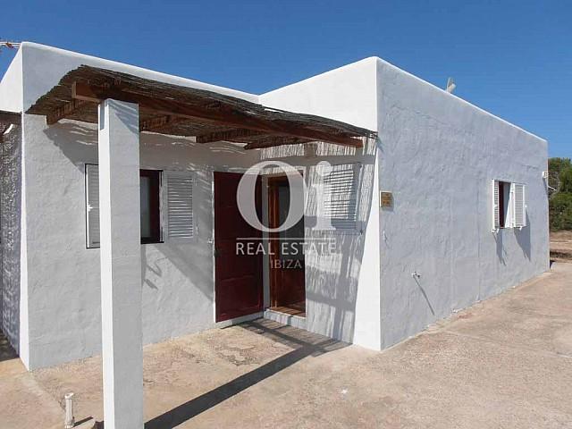 Blick auf die Fassade vom Ferienhaus auf Formentera