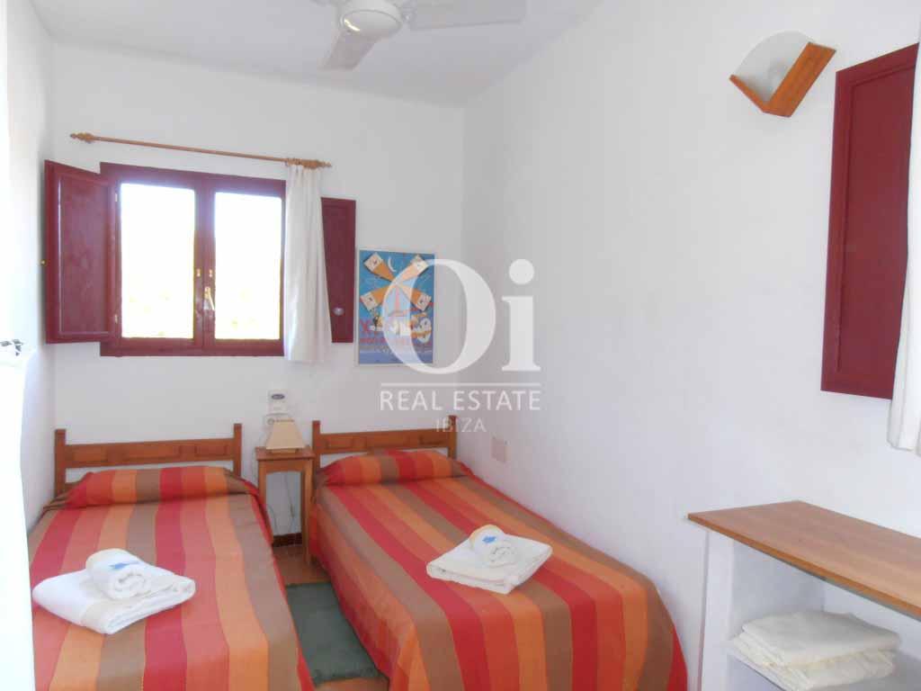 Habitación de dos camas  de casa en alquiler de estancia en Formentera