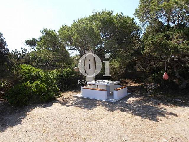 Jardin et façade de maison en location de vacances à Formentera