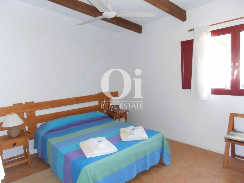 Blick in ein Schlafzimmer vom Ferienhaus auf Formentera