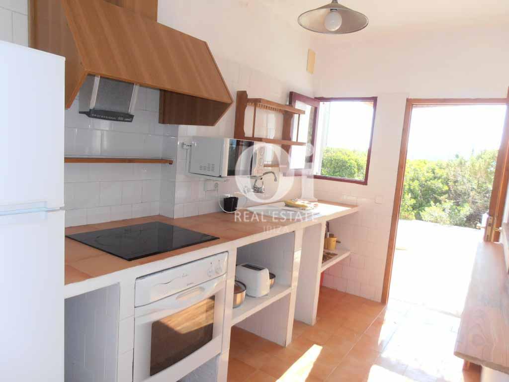 Blick in die Küche vom Ferienhaus auf Formentera