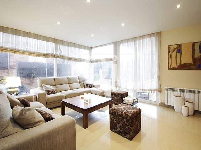 Blick in den Wohn-/Esszimmer vom Haus zur Miete in Premia de Dalt
