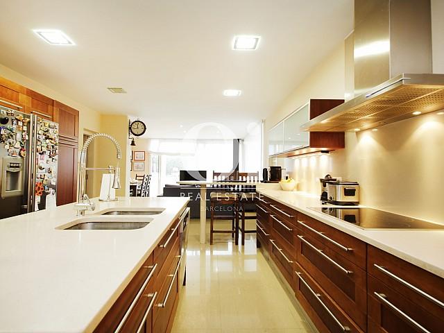 Современная и стильная кухня в потрясающем доме в аренду в Maresme