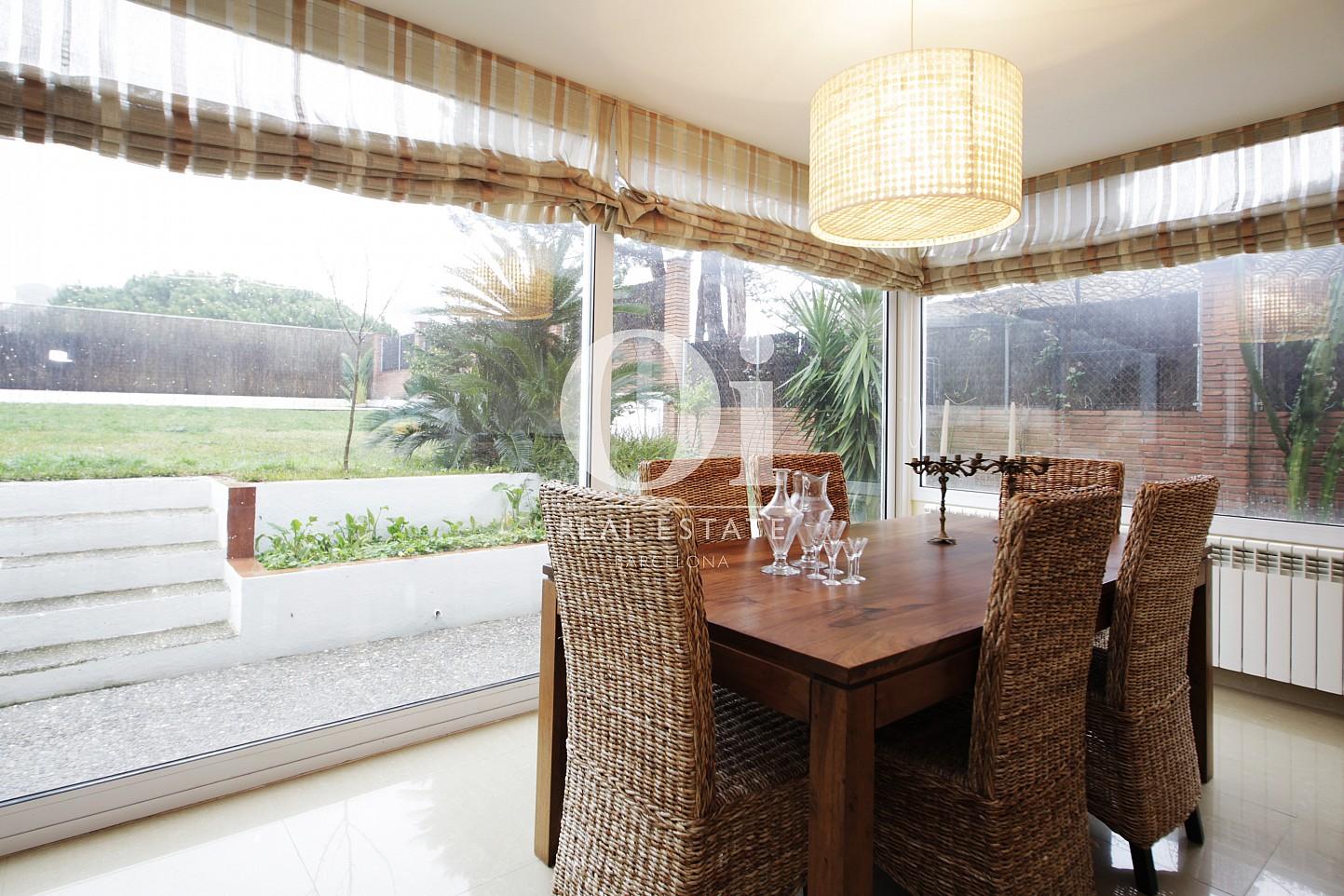 Замечательная большая и светлая гостиная-столовая в потрясающем доме в аренду недалеко от Барселоны