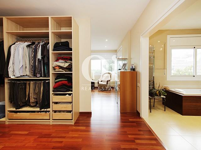 Просторнейшая гардеробная и ванная комната в светлом и уютном коттедже недаеко от Барселоны