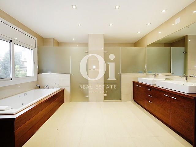 Очень просторная ванная комната в чудесном доме в аренду в Premia de Dalt