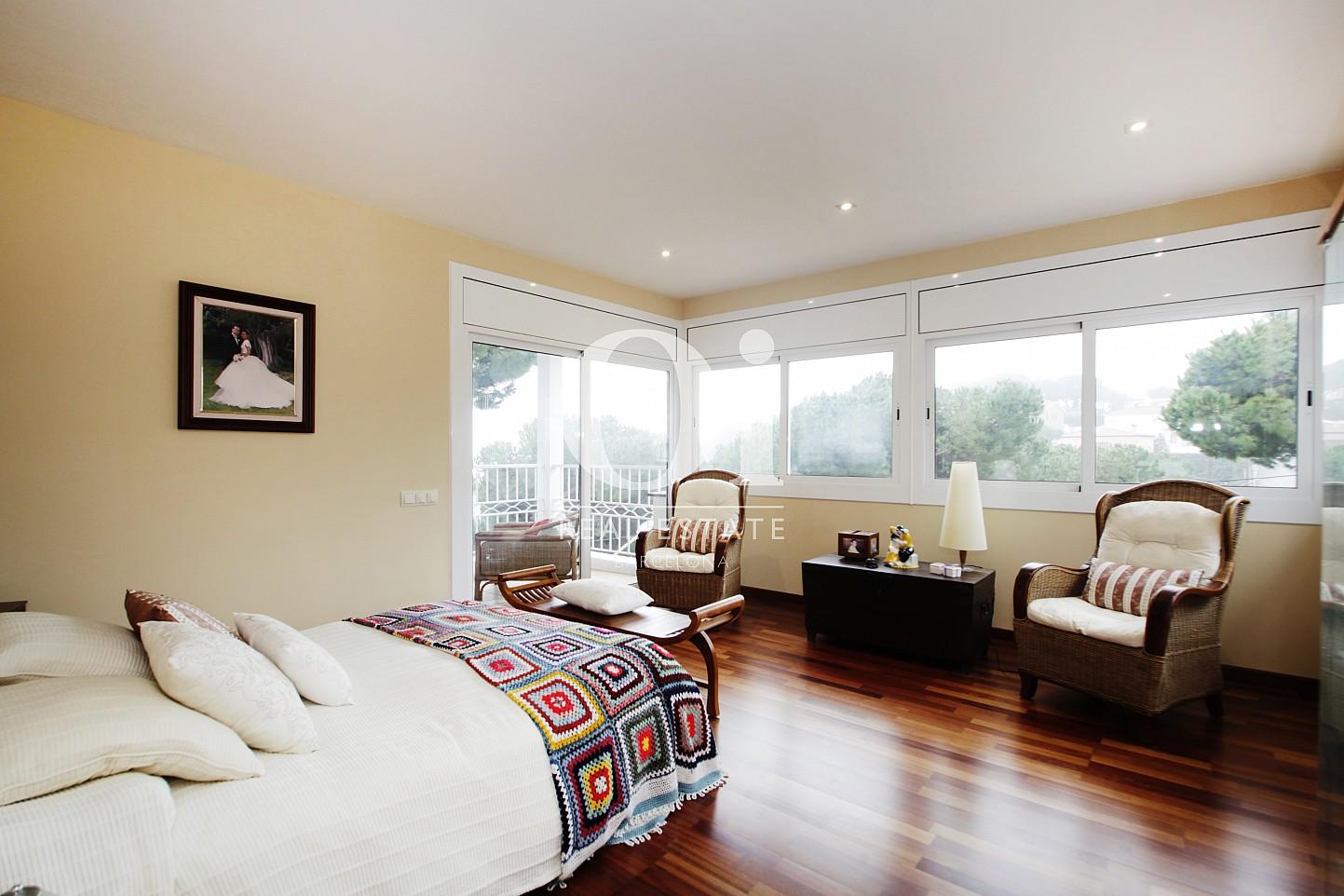 Blick in ein Schlafzimmer vom Haus zur Miete in Premia de Dalt