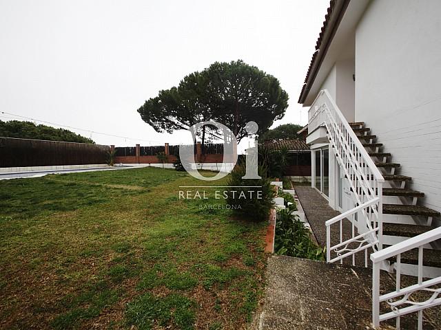 Blick auf den Außenbereich vom Haus zur Miete in Premia de Dalt