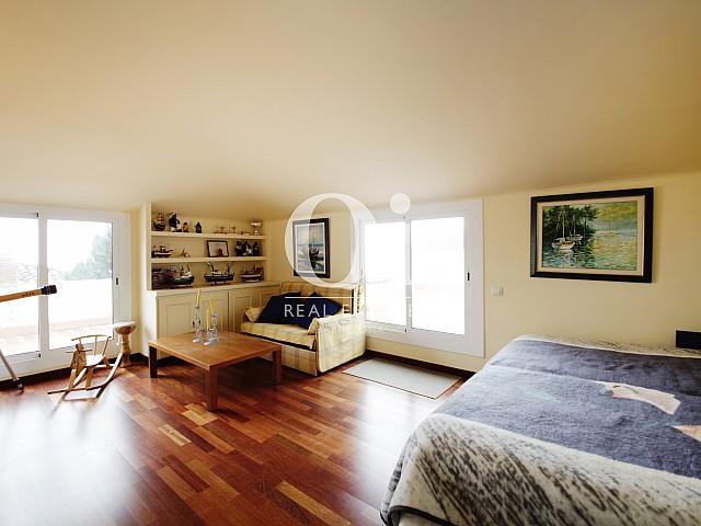 Blick in ein Zimmer vom Haus zur Miete in Premia de Dalt