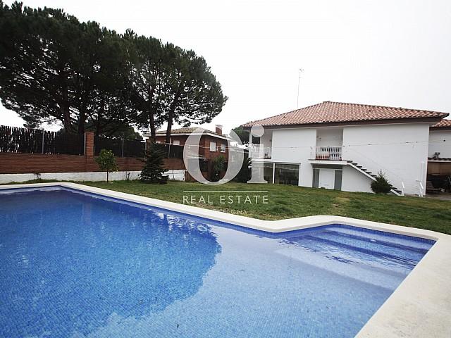 Большой бассейн чудесного дома в аренду недалеко от Барселоны