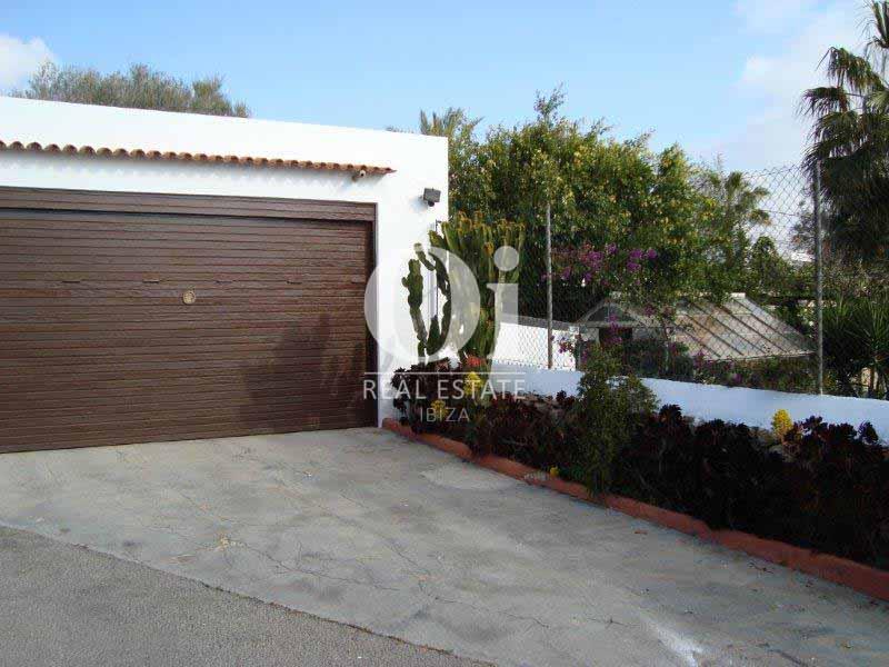 Blick auf die Garage vom Haus zum Verkauf in Sant Jose, Ibiza.
