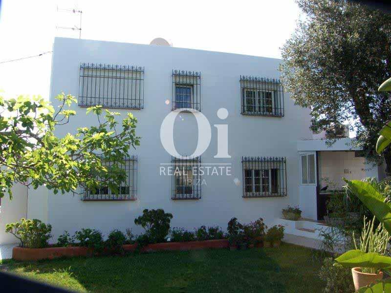 Blick auf die Fassade vom Haus zum Verkauf in Sant Jose, Ibiza.