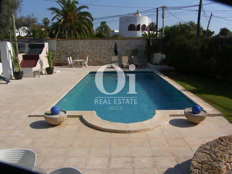 Blick auf den Pool vom Haus zum Verkauf in Sant Jose, Ibiza.