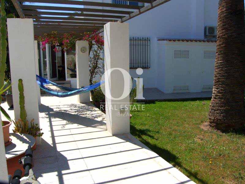 Blick in den Außenbereich vom Haus zum Verkauf in Sant Jose, Ibiza.