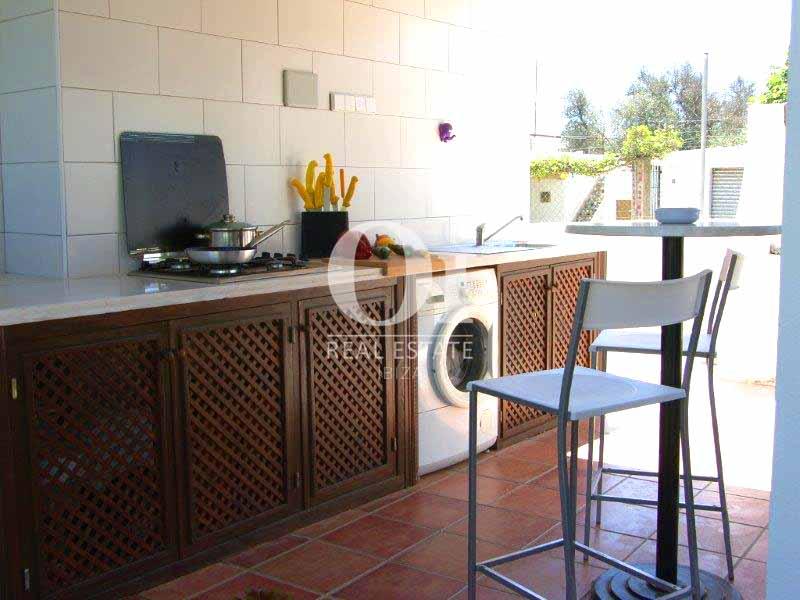 Blick auf die Sommerküche vom Haus zum Verkauf in Sant Jose, Ibiza.