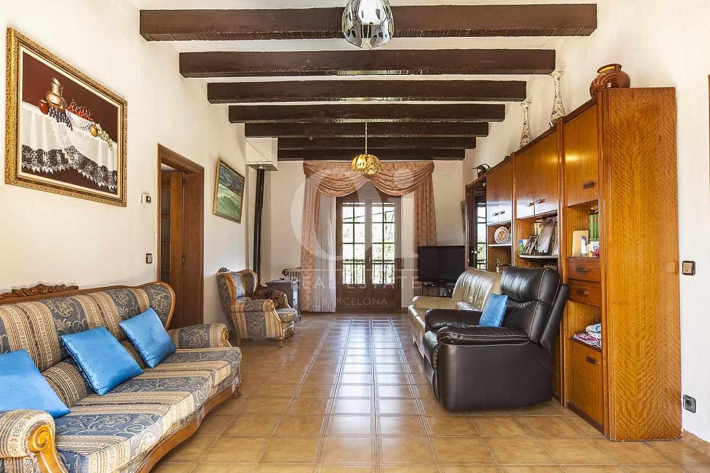 Просторная гостиная в потрясающем большом доме на продажу в Borrassà