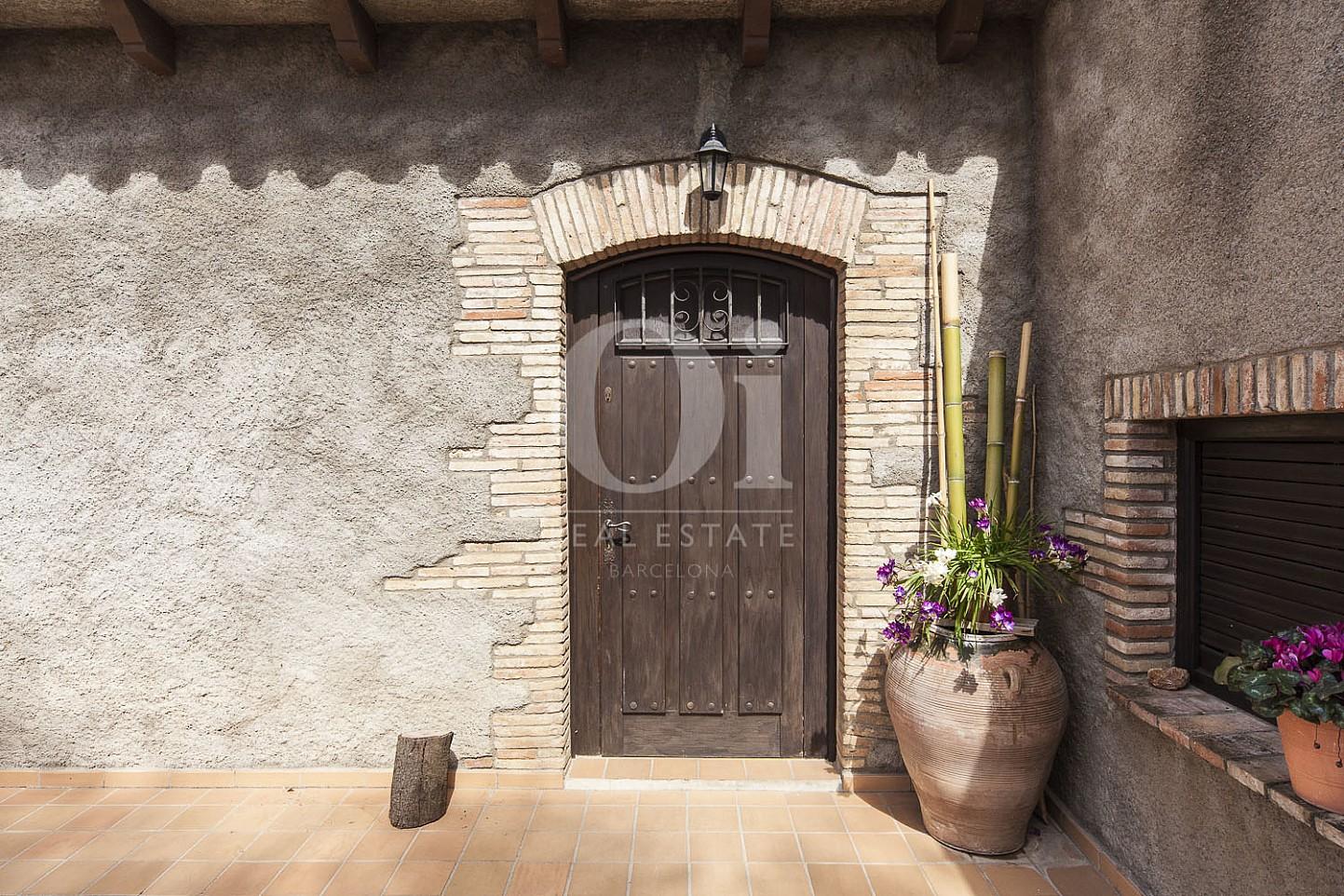 Детали фасада дома и двери в прекрасном доме на продажу в провинции Жирона