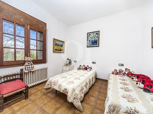 Уютная спальня в прекрасном доме на продажу недалеко от Коста Брава