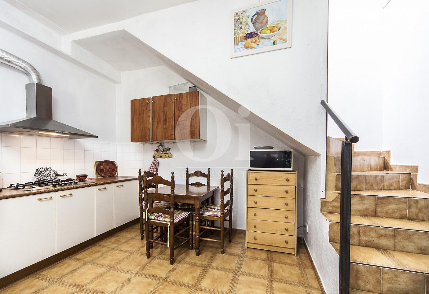 Cocina y escaleras de casa en venta en Borrassà, alto Ampurdán, Gerona