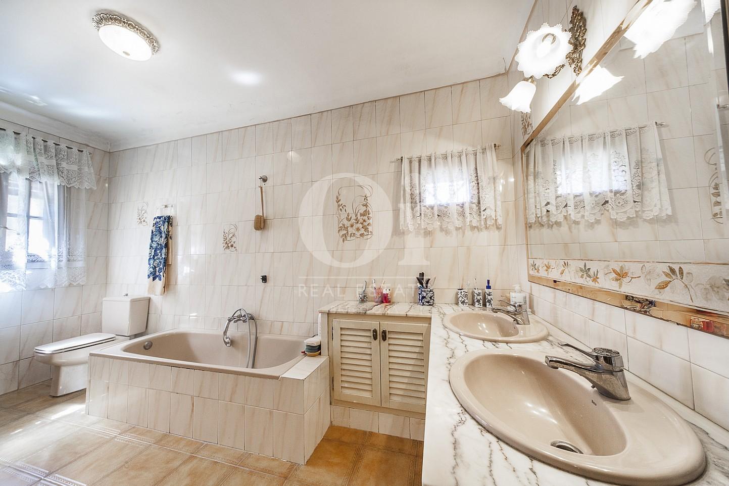 Salle de bain de maison en vente à Borrassà, alto Ampurdán, Gerona