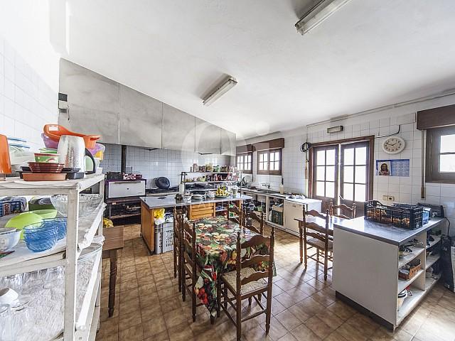 Ресторанная кухня в большом доме на продажу в Жироне