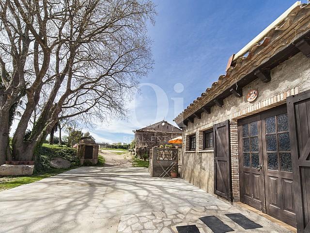 Фасад большого дома на продажу в Жироне