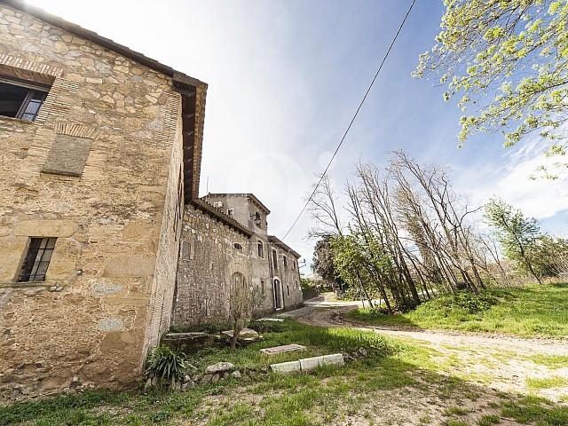 Blick auf das Gelände vom Haus zum Kauf in Borrassà, Girona
