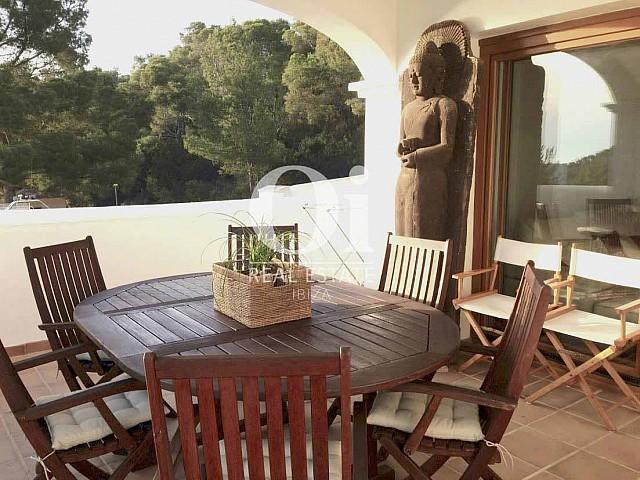 Прекрасная терраса с фигурой Будды в замечательном таунхаусе в аренду на Ибице