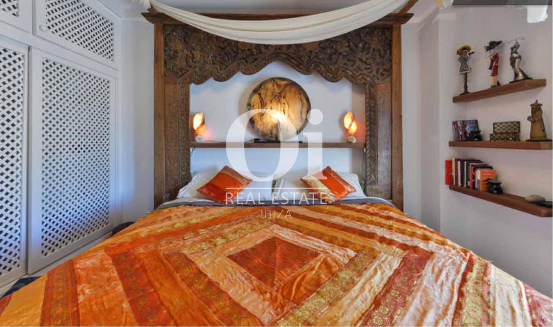 Потрясающая спальня с огромной кроватью в стиле Бали в уютном коттедже в краткосрочную аренду на Ибице