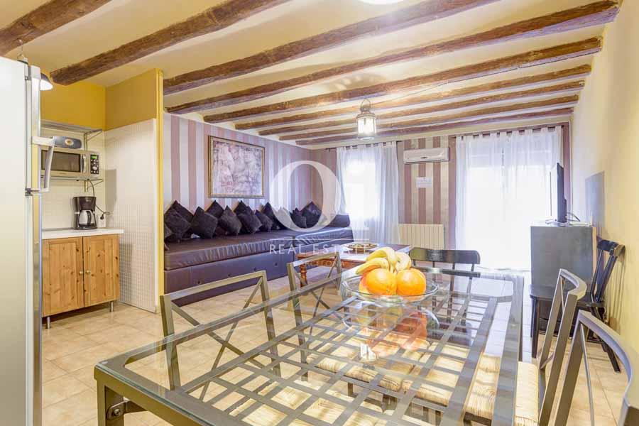 Blick in das Wohn-/Esszimmer vom renovierten Apartment zum Verkauf