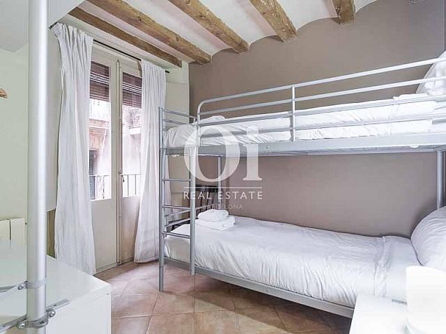 Blick in den Schlafbereich vom renovierten Apartment zum Verkauf