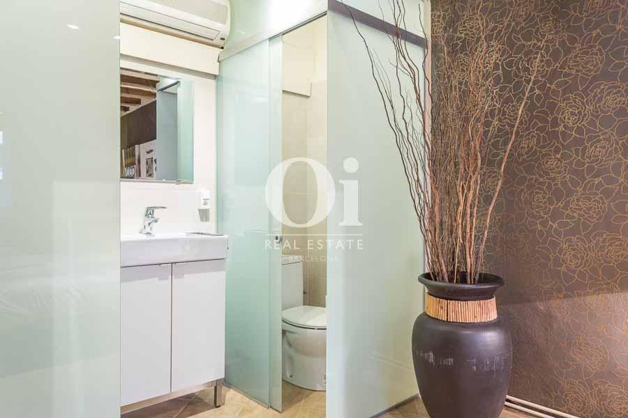 Ванная комната, встроенная в спальню, в квартире на продажу в Готическом квартале Барселоны