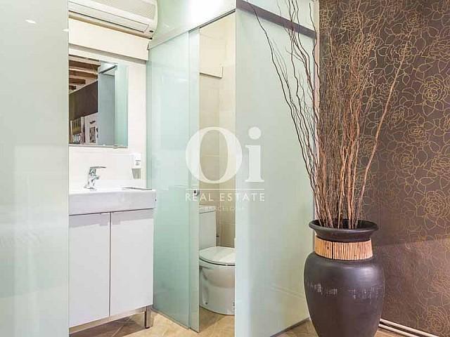 Blick in ein Bad vom renovierten Apartment zum Verkauf