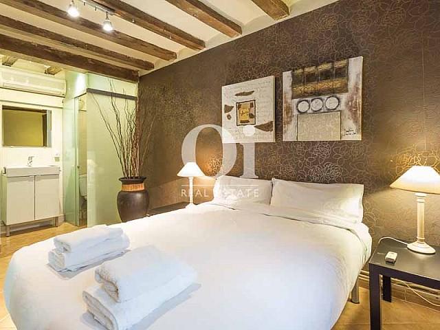 Спальня с двуспальной кроватью в квартире на продажу в Готическом квартале Барселоны