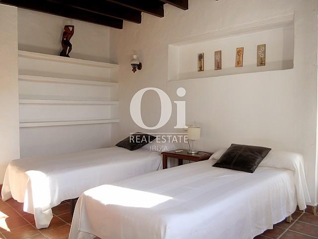Blick in ein Schlafzimmer der Villa zum Verkauf in Las Salinas, Ibiza