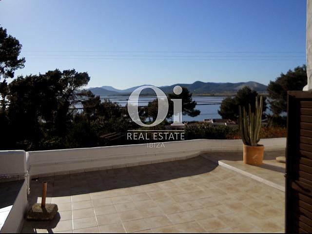 Traumhafter Ausblick auf die Terrasse der Villa zum Verkauf in Las Salinas, Ibiza