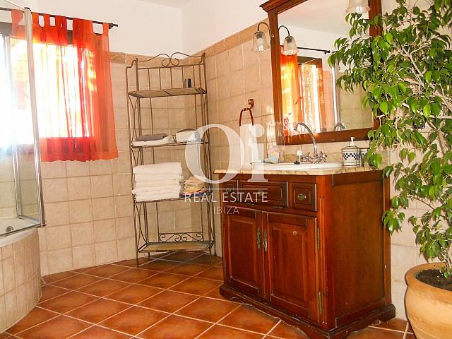 Blick in ein Bad der Villa zum Verkauf in Las Salinas, Ibiza