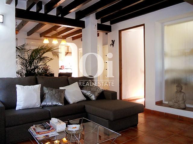 Blick auf das Wohnzimmer der Villa zum Verkauf in Las Salinas, Ibiza