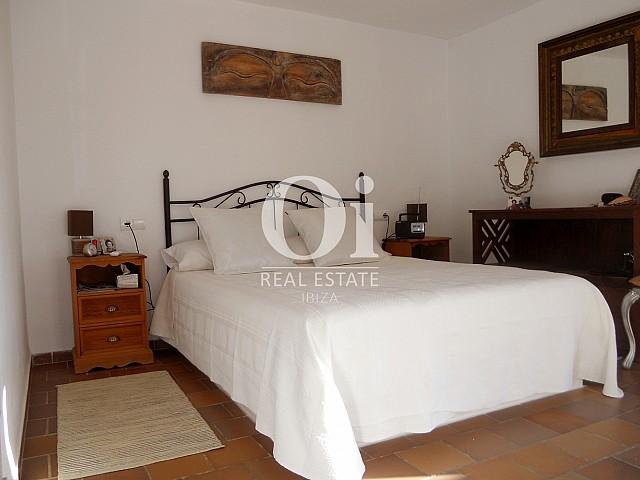 Спальня с двуспальной кроватью в доме на продажу в районе Las Salinas на Ибице