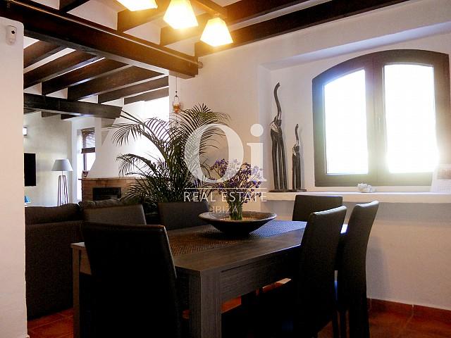 Blick in das Esszimmer der Villa zum Verkauf in Las Salinas, Ibiza