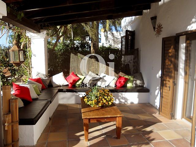 Blick auf die Veranda der Villa zum Verkauf in Las Salinas, Ibiza