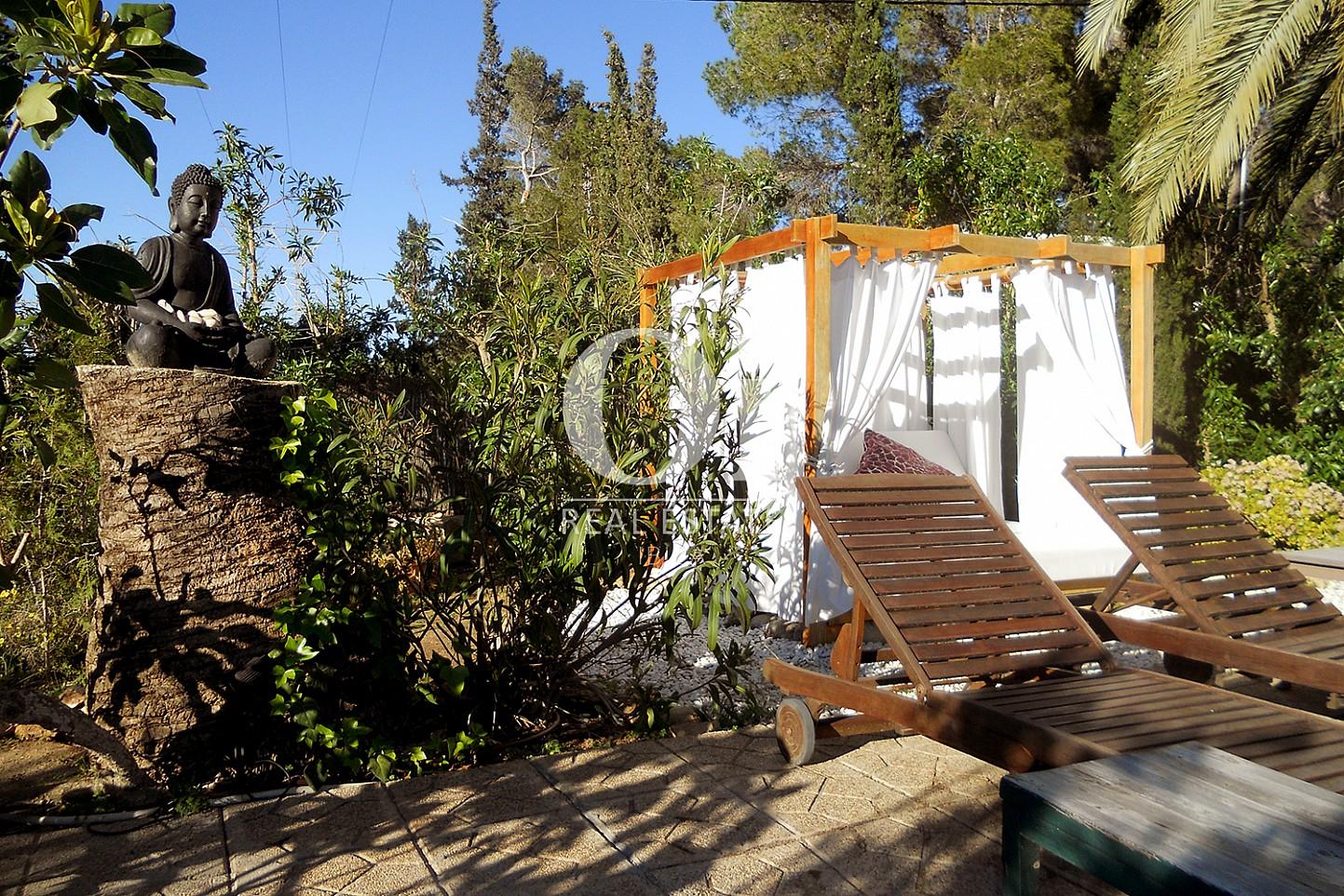 Blick auf den Chillout-Bereich der Villa zum Verkauf in Las Salinas, Ibiza